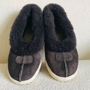 UGG slippers Water-resistant.